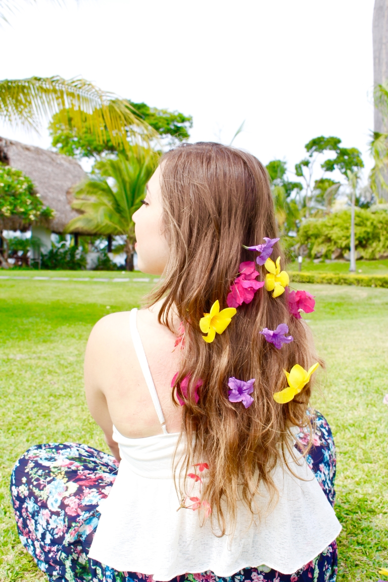 @andreita.tropical #tropicalstatement #blogger #panamabloggers #canadianbloggers #panama #andreitatropical #summer #flowerpower #flowerhair